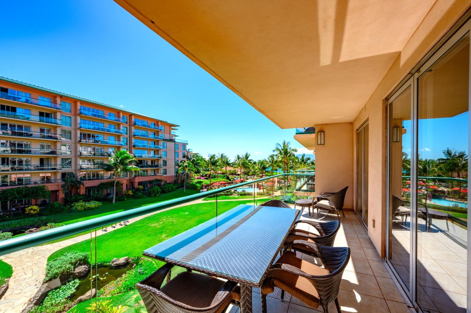 Lanai with Pool View and table for dining