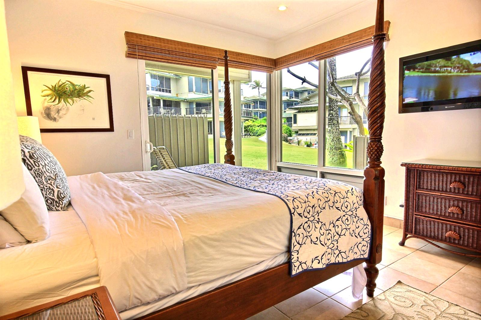 Pictures kbm hawaii for Short four poster bed