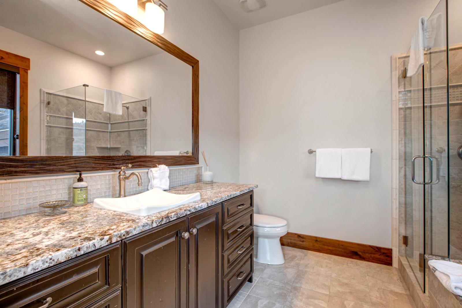 En suite bathroom for the Farrah Fawcett room